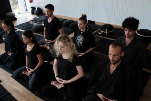 Les jeunes de la Kosen Sangha en posture de zazen, la méditation zen