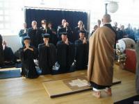 Remise de kesas dans le dojo du temple