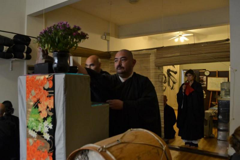 Dojo Zen de Buenos Aires, Toshiro poniendo incienso en el altar, sesshin agosto 2012