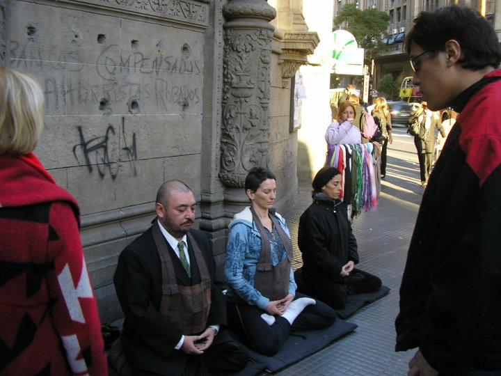 Dojo Zen de Buenos Aires, monjes en zazen en la calle, samu difusion en el centro de Buenos Aires