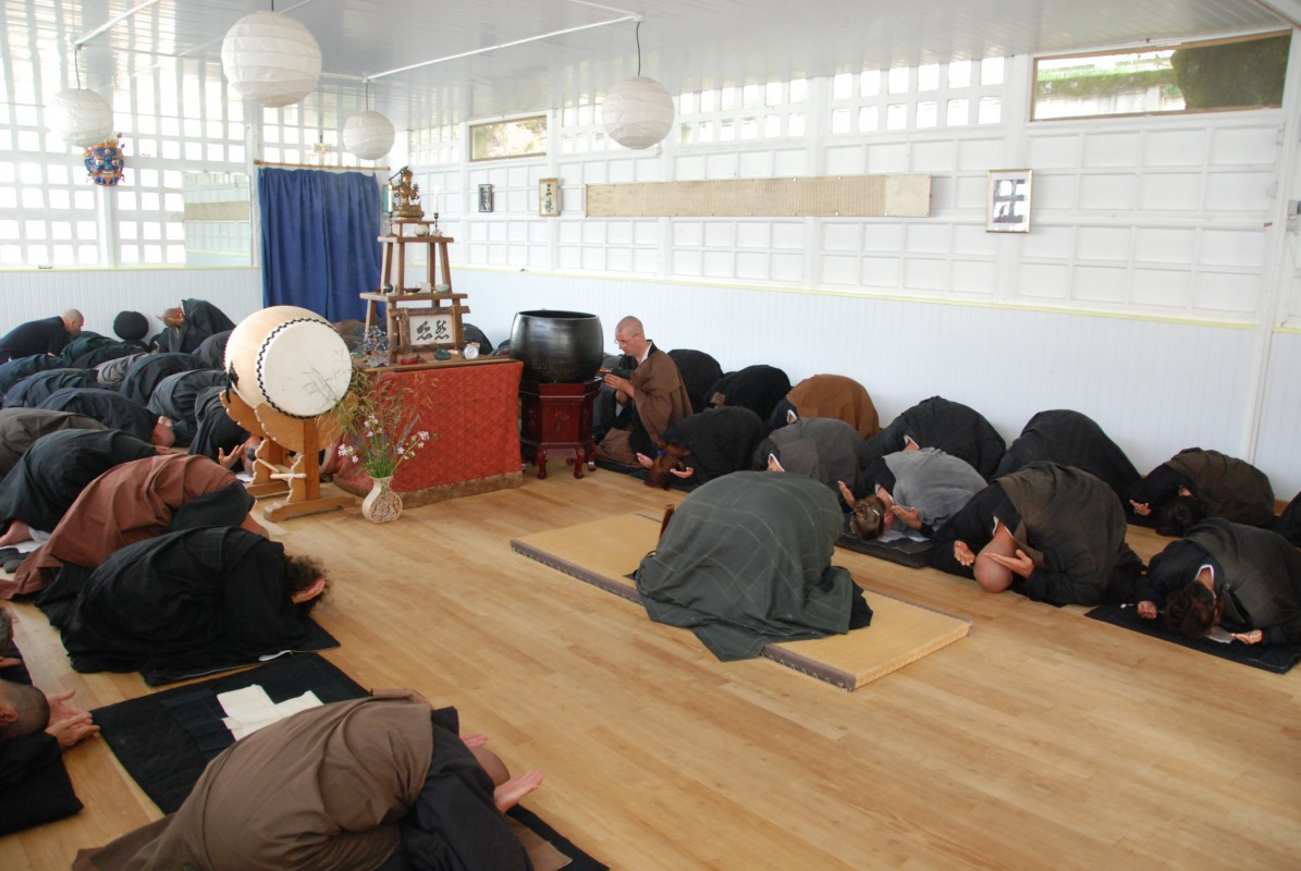 El Sutra Ji ho San Shi se acompaña generalmente por sampaï, tres prosternaciones.