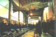monjes comiendo la guen mai en un templo zen japonés