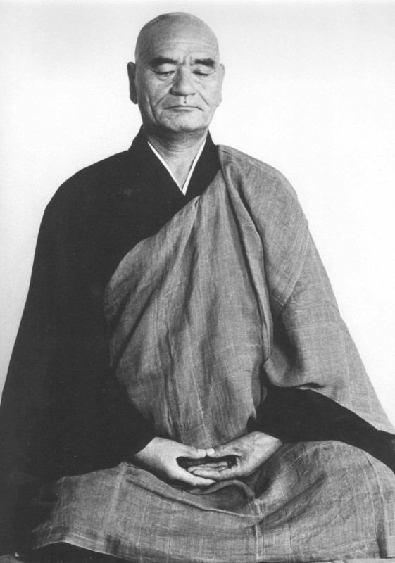 Taisen Deshimaru Roshi en  position du lotus, pratiquant zazen