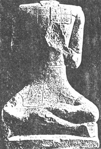 """Statues du """"dieu assis"""" trouvées dans les fouilles de Roquepertuse"""