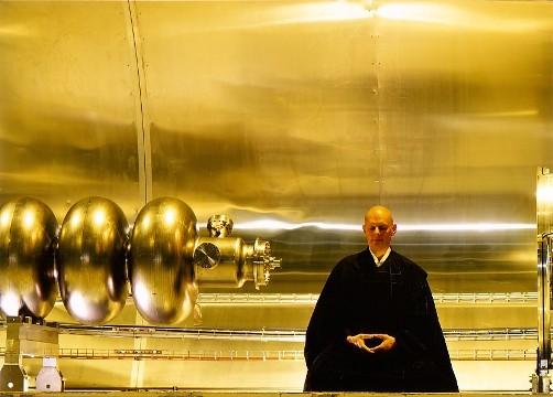 El maestro Keisen Vuillemin en el accelerador de particulas del CERN, Ginebra